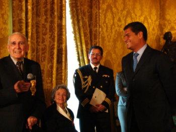 Rodrigo Pallares recibe premio Eugenio Espejo
