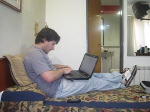 Fernando Villares contestando mails