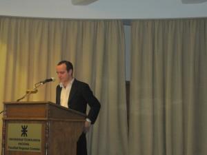 Rodrigo Martin presentando el seminario de Elastix