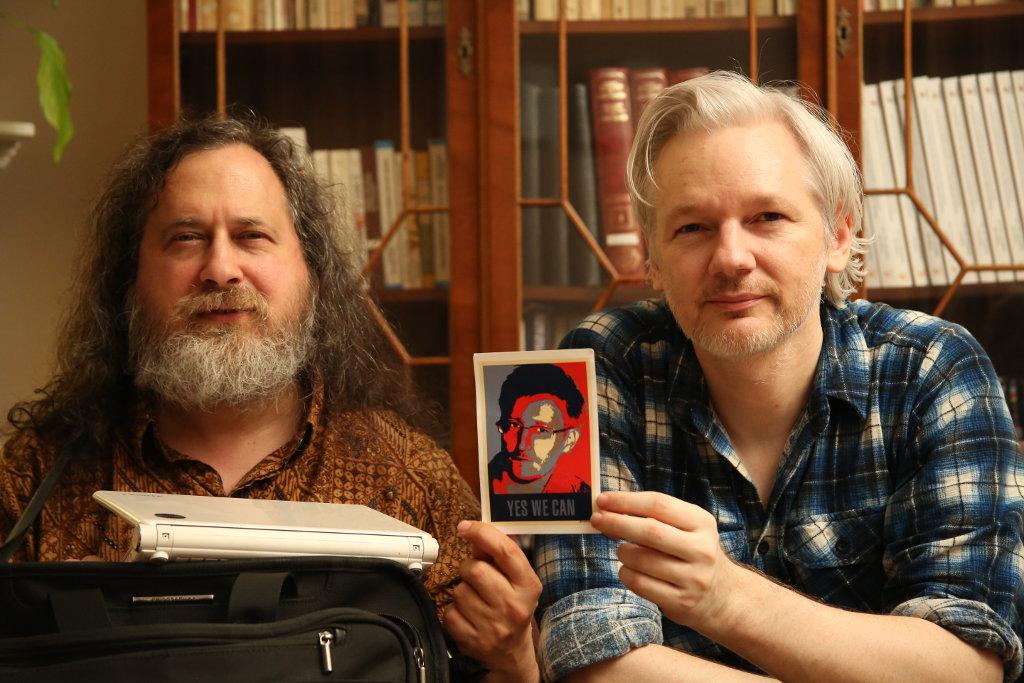 Richard Stallman y Julian Assange apoyando a Edward Snowden
